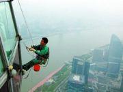 """上海外墙清洗公司""""蜘蛛人""""为东方明珠洗脸"""
